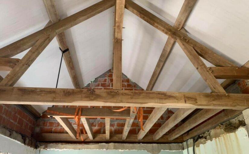 charpente traditionnelle en chêne chaulé, panneaux isolants unilin trilatte imprim blanc